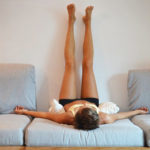 Поднять ноги вверх, для оттока венозной крови
